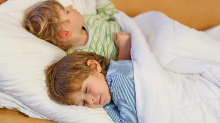 Dítě zve kamarády na přespání