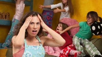 Matka blázní z dětí